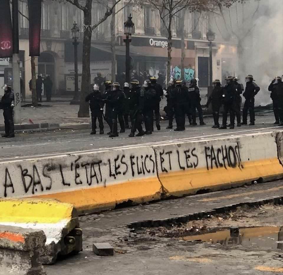 """""""Долу държавата, полицията и фашистите!"""""""