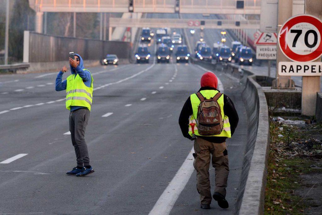 Полицията блокира магистралата докато жълтите жилетки си правят селфита
