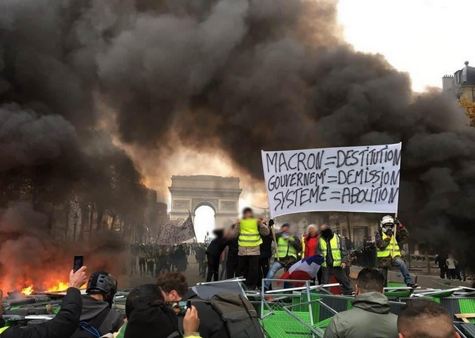 """""""Свалете Макрон, разпуснете правителството и унищожете системата"""""""